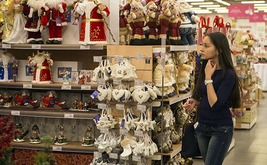 Покупательница вотделе новогодних товаров гипермаркета «Уютерра» вОмске. 7 декабря 2014 года