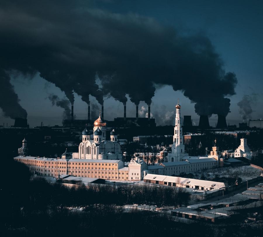 Победитель в номинации «Город»: «Метафорическое высказывание о городе и зиме». На фотографии можно увидеть подмосковный Николо-Угрешский монастырь с 500-летней историей и большую электростанцию на заднем плане, дым из труб которой особенно густой из-за сильных морозов