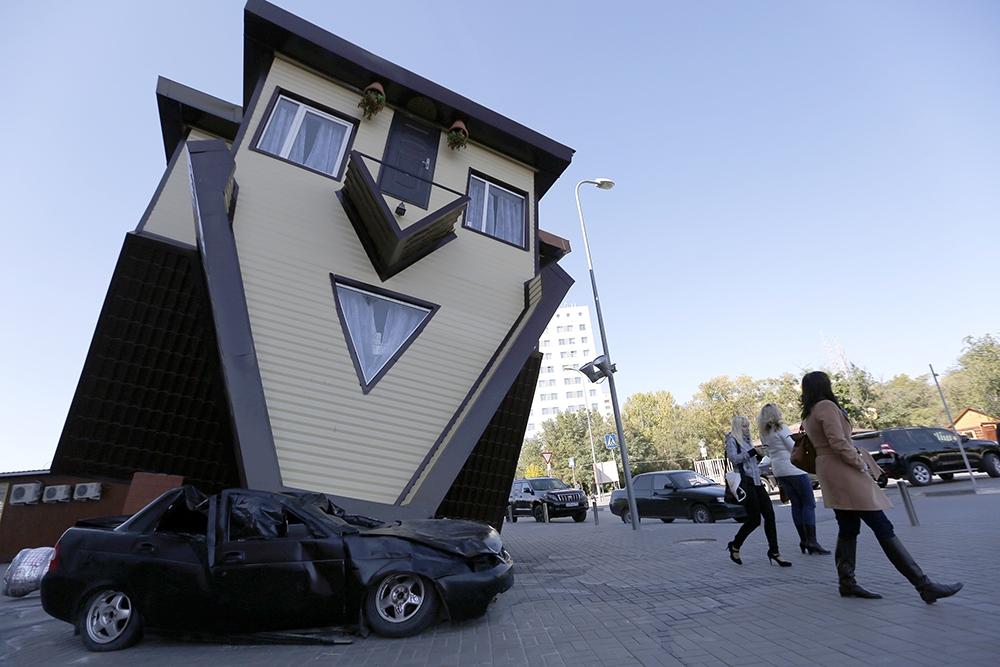 Вид на перевернутый коттедж, построенный в центре Волгограда