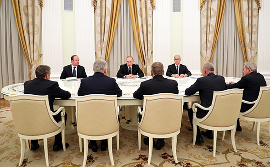 Владимир Путин вовремя встречи сбывшими руководителями ряда регионов