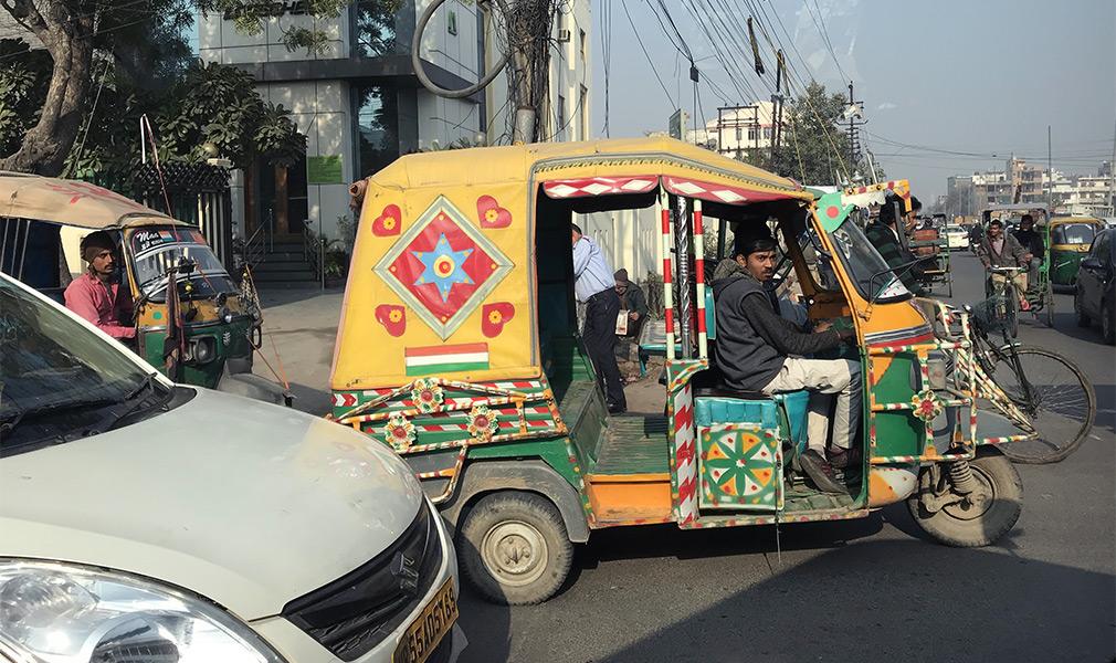 <p>Тук-тук&nbsp;&mdash; самый распространенный транспорт в Дели. Один километр поездки стоит 10 рупий (около 9 рублей).</p>