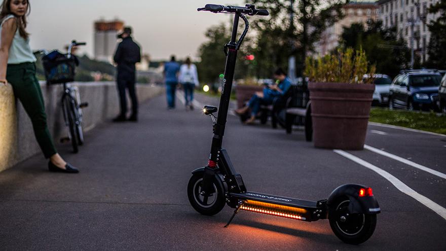 Эксперт отметил нежелание получать права у водителей электросамокатов