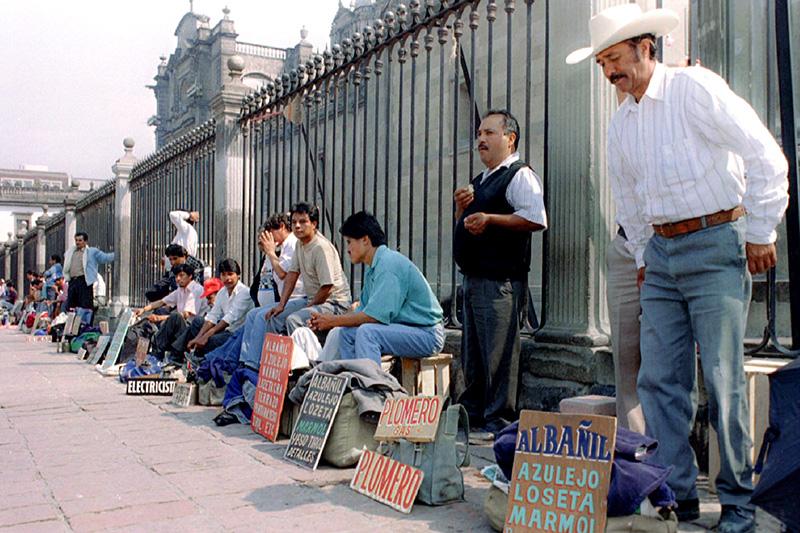 Мексика  Когда был объявлен мораторий: август 1982 года  Задолженность перед иностранными кредиторами: $80 млрд  Мораторий мексиканского правительства навыплату долга вызвал цепную реакцию банковских кризисов всоседних латиноамериканских странах, что привело кобнищанию населения идлительной рецессии. Причиной кризиса стало неблагоприятное сочетание внешнеэкономических факторов.  В1960-е годы крупные страны Латинской Америки регулярно получали ссуды отмеждународных учреждений ииностранных инвесторов, впервую очередь наинфраструктурные проекты. Взлет цен нанефть иначало мировой рецессии всередине 1970-х привели кросту расходов исокращению доходов развивающихся стран — импортеров нефти. Долг этих стран был номинирован вдолларах, поэтому цикл повышений процентной ставки вСША означал иувеличение суммы выплат. Начал стремительно расти «пузырь»— старый долг рефинансировался засчет нового.  Кначалу 1982 года Мексике уже нехватало собственных валютных резервов для покрытия долга, ив феврале правительство девальвировало песо. Поскольку выплачивать кредиты приходилось долларами, этот шаг усугубил ситуацию: 12августа Минфин объявил о90-дневном моратории навыплату внешнего долга (к тому времени онсоставлял $80 млрд, илиже $200 млрд вценах 2015 года). Параллельно инвесторы, предчувствуя кризис, резко сократили вливания врегион, так что Бразилия, Аргентина идругие крупные страны вынуждены были пойти нареструктуризацию долгов. Витоге вдекабре 1982 года МВФ одобрил трехлетнюю программу помощи Мексике на$3,8 млрд. До1993 года было предоставлено еще два трехлетних пакета, которые вместе составили5,2% ВВП Мексики.