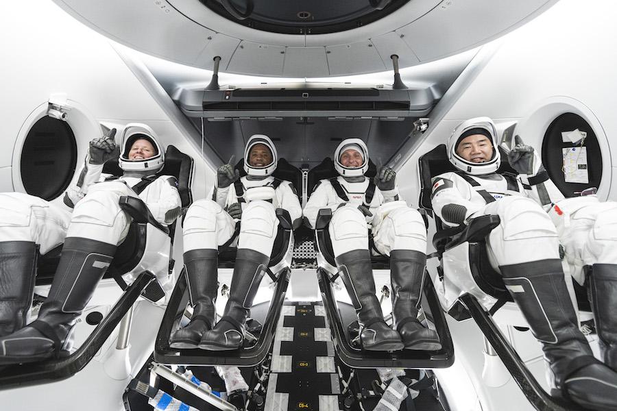 Экипаж коммерческой миссии NASA's Space X Crew-1 готовится к полету на МКС внутри космического корабля Crew Dragon