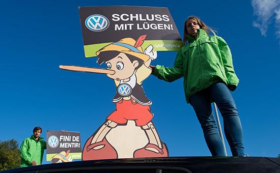 Активисты Greenpeace на акции против автоконцерна Volkswagen в Вольфсбурге