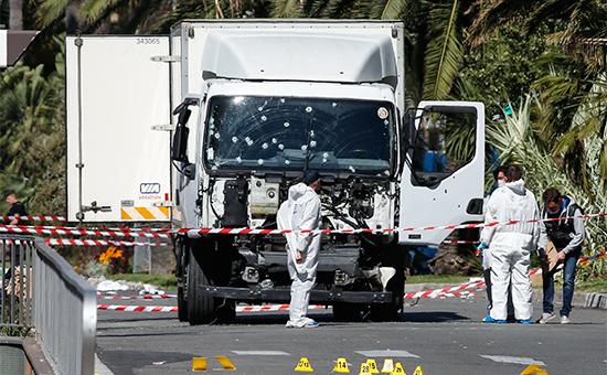 Cледователи на месте теракта в Ницце. 15 июля 2016 года