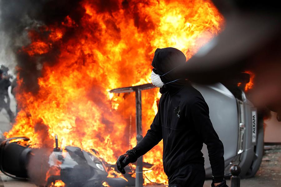 Французская полиция применила водометы и слезоточивый газ для разгона сотен протестующих, которые начали громить магазины и бросать бутылки с зажигательной смесью во время мероприятий, приуроченных к празднику 1 Мая.