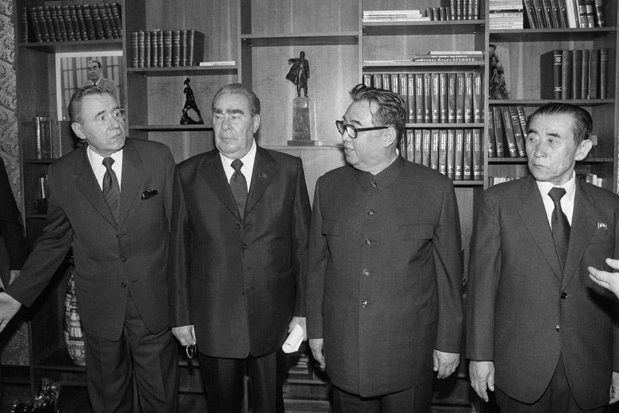 1980 год. Визит Ким Ир Сена в Югославию. На фото: генеральный секретарь ЦК КПСС Леонид Брежнев (второй слева) и генеральный секретарь ЦК Трудовой партии Кореи Ким Ир Сен (второй справа)