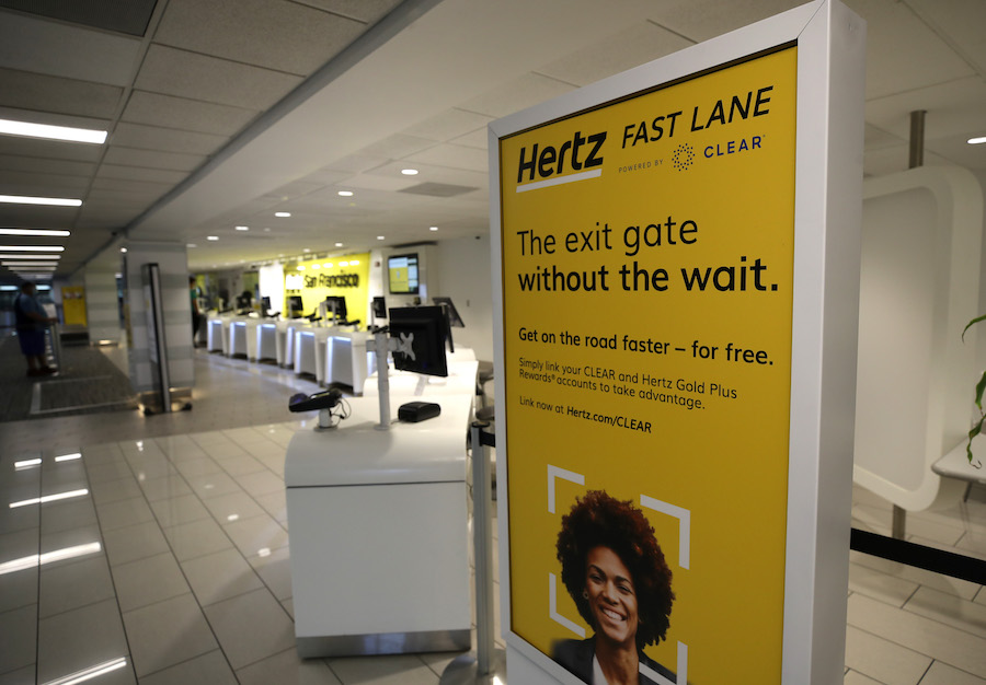 Реклама биометрического сервиса Hertz Fast Lane в аэропорту Сан-Франциско