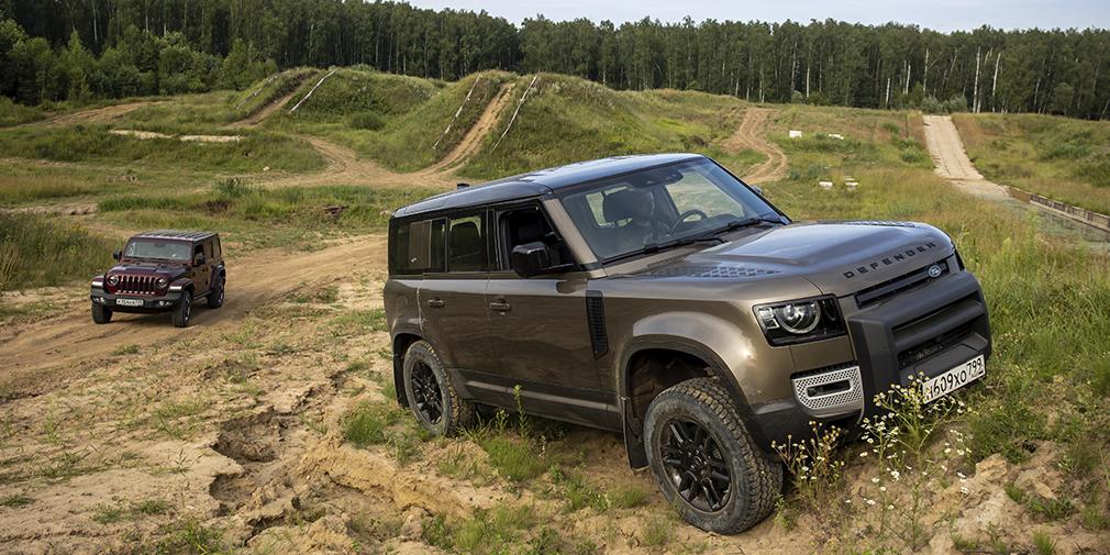 Jeep Wrangler продается в России с единственным двухлитровым турбомотором мощностью 272 л.с. и в фиксированных комплектациях, которые можно немного дооснастить опциями. Цена нашего «Рубикона» — 6 с небольшим миллионов рублей, и сильно дороже «Рэнглеры» не бывают. Тестовый Defender — с самым слабым в линейке 200-сильным дизелем, во второй «снизу» комплектации S и с набором опций примерно на 700 тысяч. Сейчас такая машина стоит чуть больше 5 миллионов, но лендроверовский конфигуратор поистине бесконечен: цену легко можно увеличить раза в полтора.