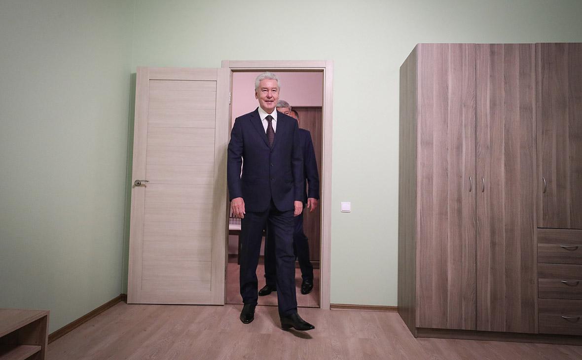 Сергей Собянин во время осмотра образца комнаты в макете типовых домов по программе реновации