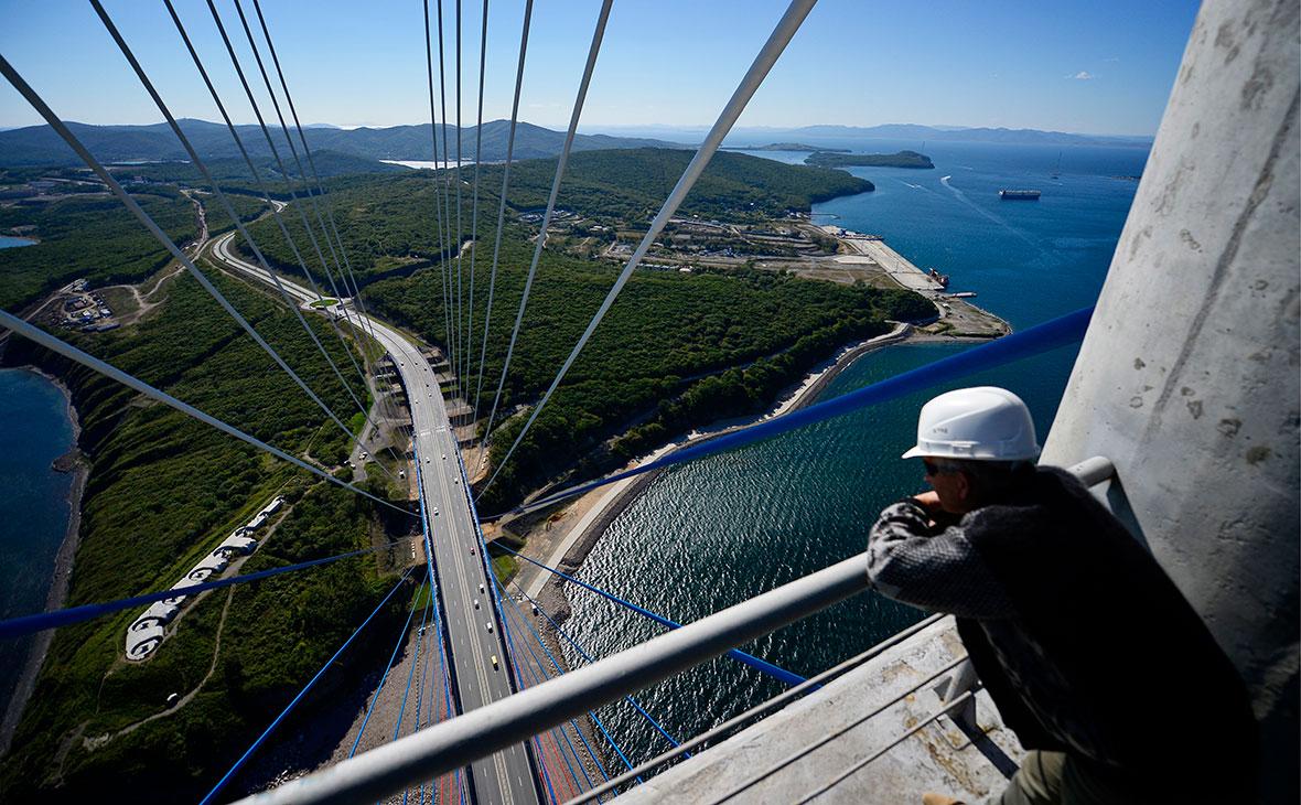 Вид с пилона вантового моста через пролив Босфор Восточный на остров Русский