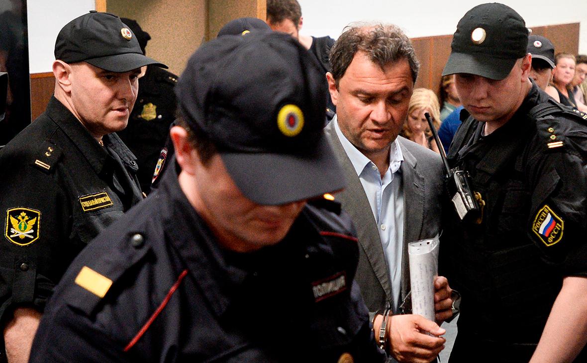 Григорий Пирумов (второй справа)
