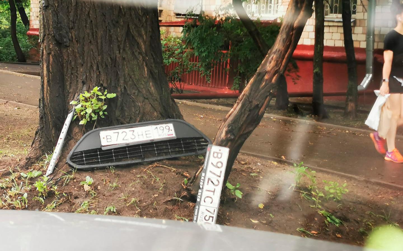 <p>Если непогода застала автомобиль во дворе и номера уплыли, с точки зрения КоАП нарушений в этом нет и штрафовать за это повода нет.</p>