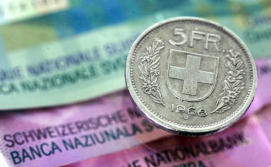 Франк взлетел на 30% к доллару и евро после решения швейцарского ЦБ