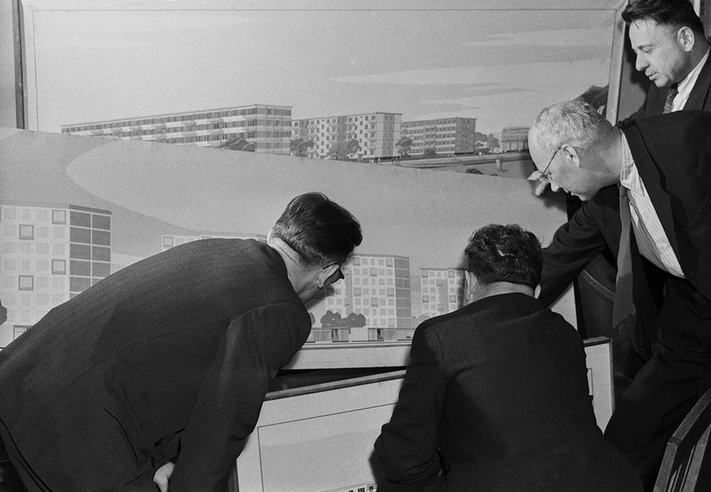 Проектированием первых типовых многоэтажек (серия К-7) занимался инженер Виталий Лагутенко, поэтому такие дома стали называть «лагутенками». Однако впоследствии в народе закрепилось более простое и короткое прозвище — хрущевки  На фото: главный специалист Госстроя РСФСР Борис Плюснин (второй справа) обсуждает сколлегами план застройки нового района Москвы—Фили-Мазилово, 1960 год