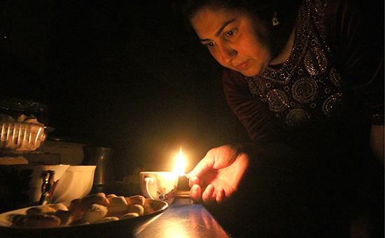 Жительница Симферополя в своей квартире без электричества