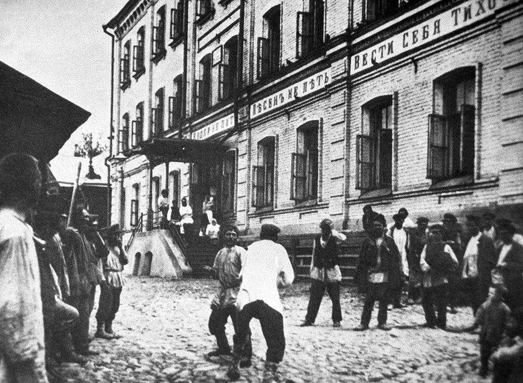 Обитатели дома скоечно-каморочными квартирами, построенного купцомН.А.Бугровым вНижнем Новгороде. 1899 год