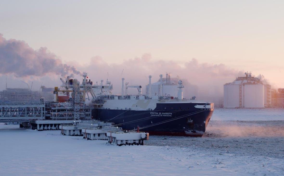 Танкер для перевозки сжиженного природного газа в арктическом портуСабетта,полуостров Ямал