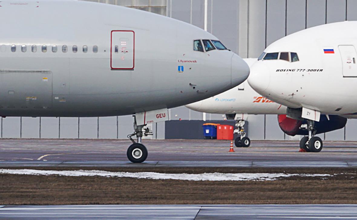 У самолета в Шереметьево задымилась стойка шасси