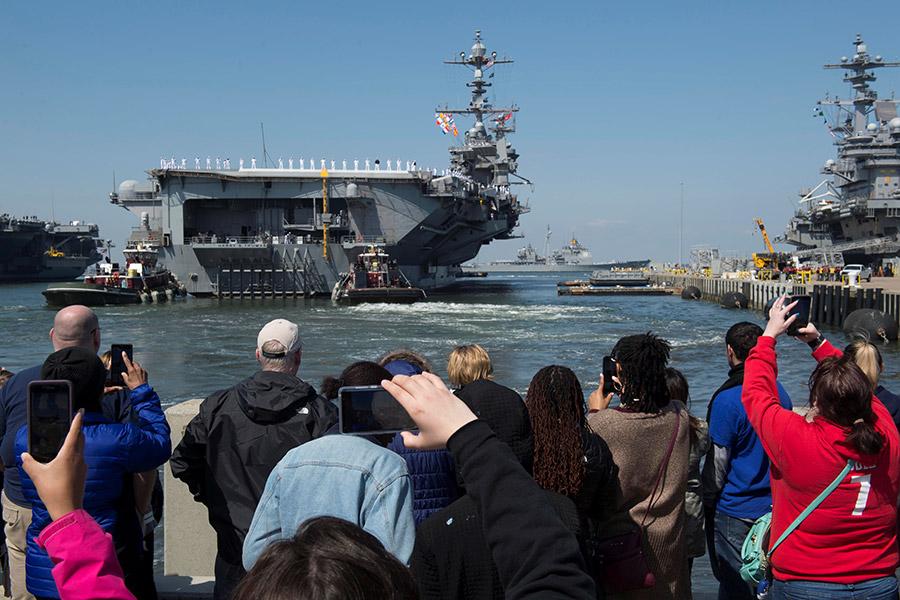 Атомный авианосец «Гарри Трумэн» отплывает с военно-морской базы Норфолк в Вирджинии и направляется «поближе к берегам Сирии»
