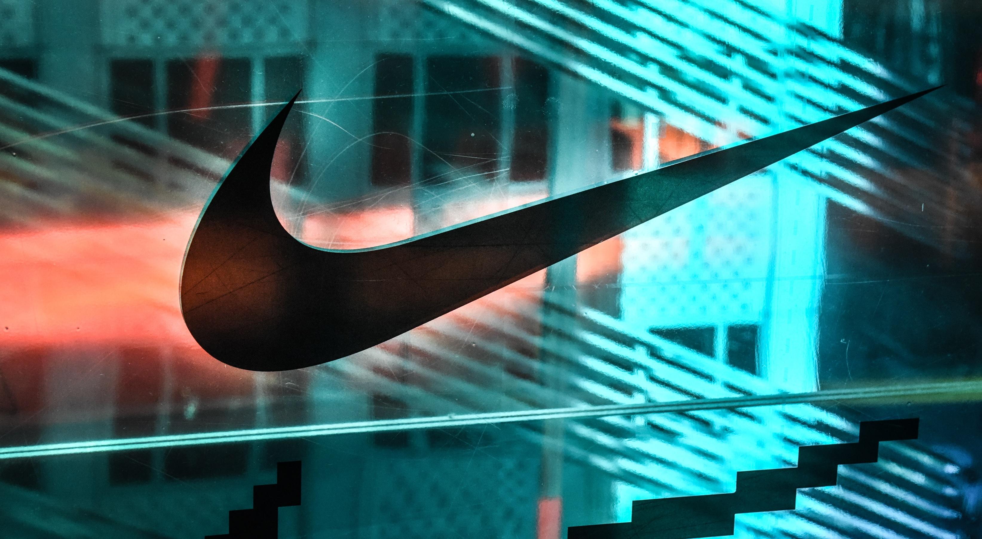 Логотип Nike на стекле флагманского магазина на Пятой авеню в Нью-Йорке