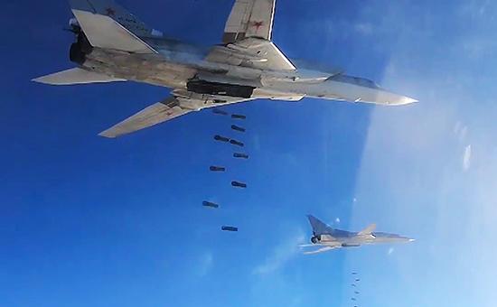 Бомбардировщики-ракетоносцы Ту-22М3 Дальней авиации Военно-космических сил России во время нанесения удара по объектам террористической группировки ИГ
