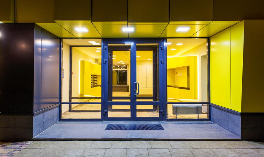 В подъездах вместопривычных железных дверей планируется установить стеклянные—с низкими порогами и пандусами