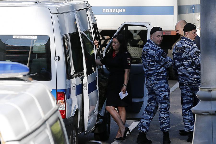 Сотрудники полиции и ОМОНа у здания Московского областного суда. 1 августа 2017 года