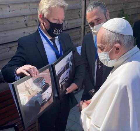Папа Римский на встрече с представителями компании Fisker.
