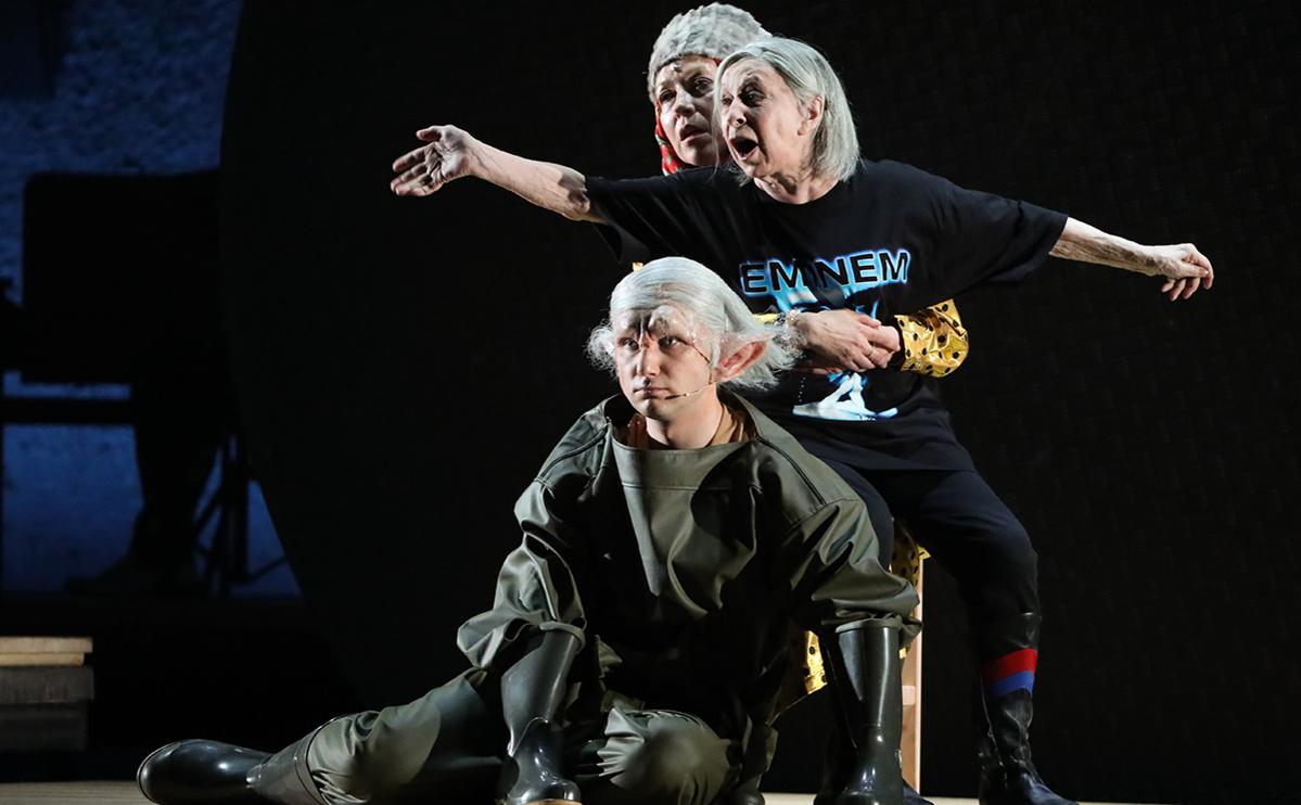 Гоша Токаев, Лия Ахеджакова и Янина Романова (слева направо) в сцене из спектакля «Первый хлеб» в театре «Современник»