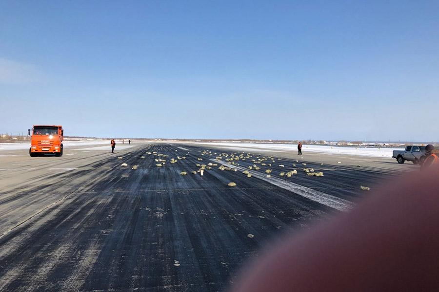 Часть груза, который перевозил Ан-12, оказалась на летном поле аэродрома, передает агентство YakutiaMedia
