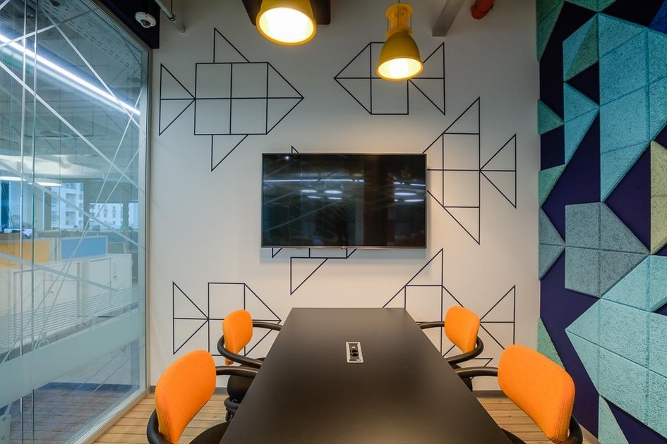 Стены офиса расписаны художниками вручную