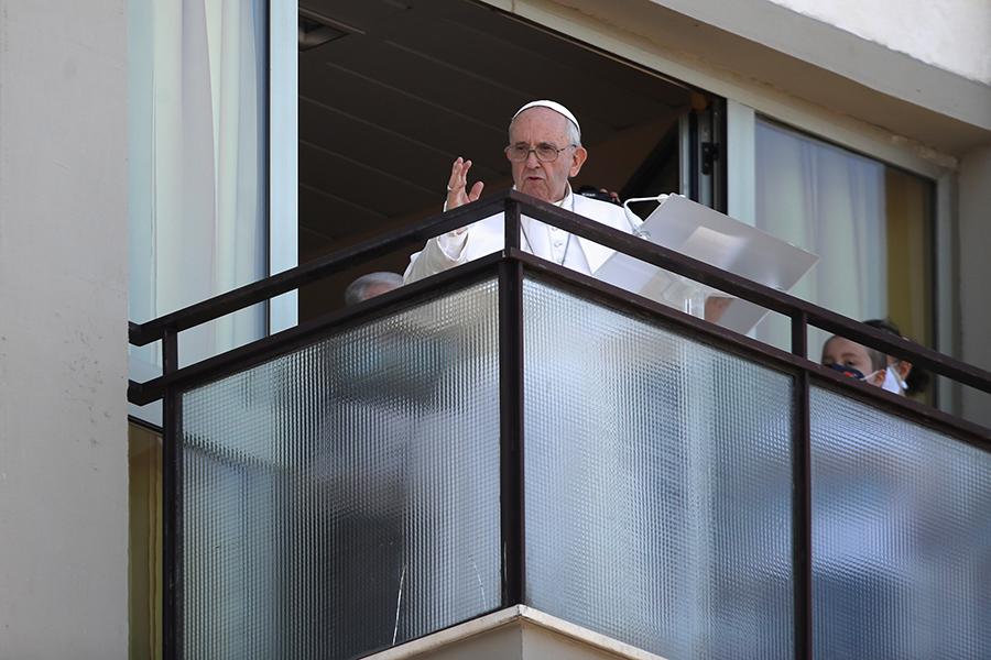 Папа римский Франциск впервые после операции появился на публике