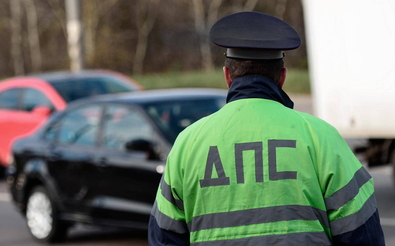 <p>На отказ автомобилиста подписать бумагу, полицейский отреагировал немного странно, как будто он понимал, что делает что-то незаконное.</p>