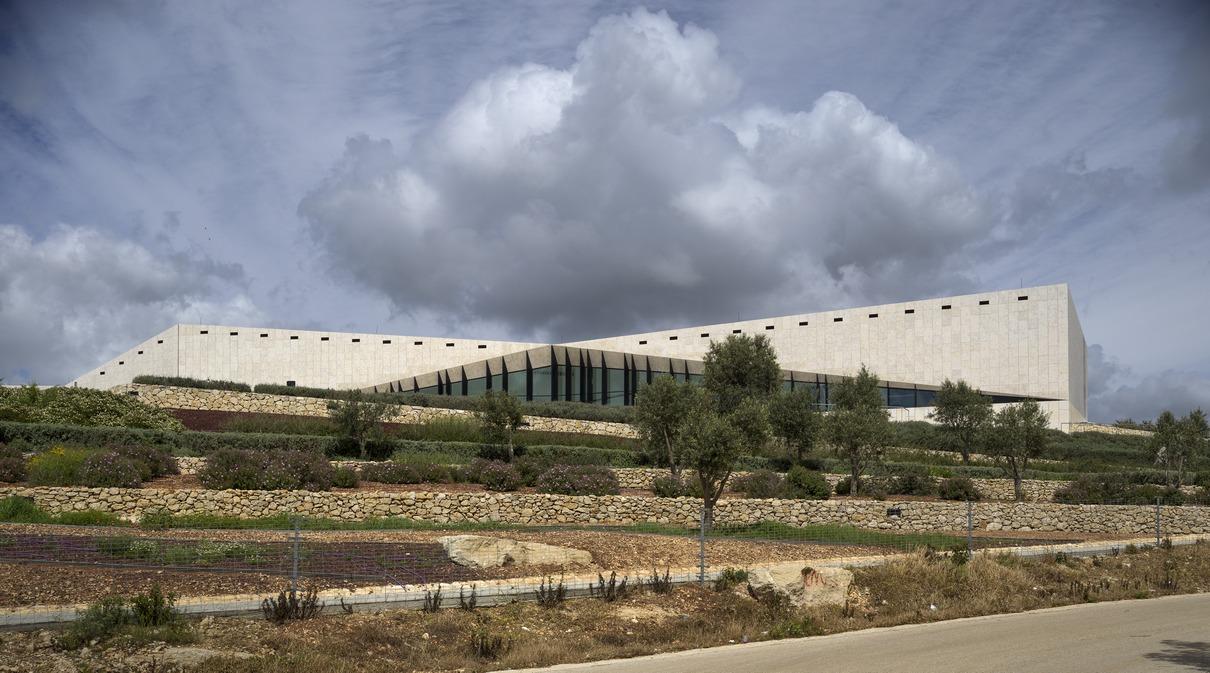 Палестинский музей в Бирзейтепостроен в 2016 году по проекту ирландского бюро Heneganh Peng Architects. Главная идея проекта— единение архитектуры и природы. Здание, облицованное местным известняком, расположено на вершине холма с видом на Средиземное море. Стены постройки украшают вертикальные сады, символизирующие флору и сельское хозяйство Палестины