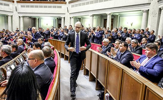 Премьер-министр Арсений Яценюк (в центре) на заседании Верховной рады