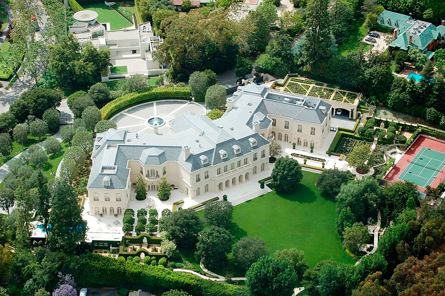 Стоимость: $200 млн Усадьба, построенная в 1988 году по заказу известных голливудских киноделов Аарона и Кэнди Спеллинг, является самой большой частной резиденцией в Лос-Анджелесе. Площадь особняка составляет почти 4,9 тыс. кв. м, площадь участка — около 19 тыс. кв. м. Соответствуя лучшим традициям Голливуда, дом построен с максимальной роскошью и рассчитан на прием большого количества гостей: в доме 14 спален и 16 ванных комнат, бассейн, бар, библиотека, бильярдная, игровая комната, две дорожки для боулинга, винный подвал и комната для дегустации, спортзал и салон красоты с собственными массажным кабинетом и солярием. Парковка рассчитана на 100 машин
