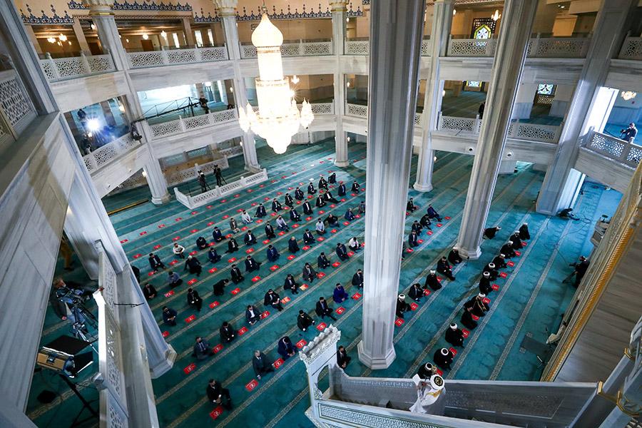Мусульмане во время намаза по случаю праздника Ураза-байрам (разговения) в Соборной мечети
