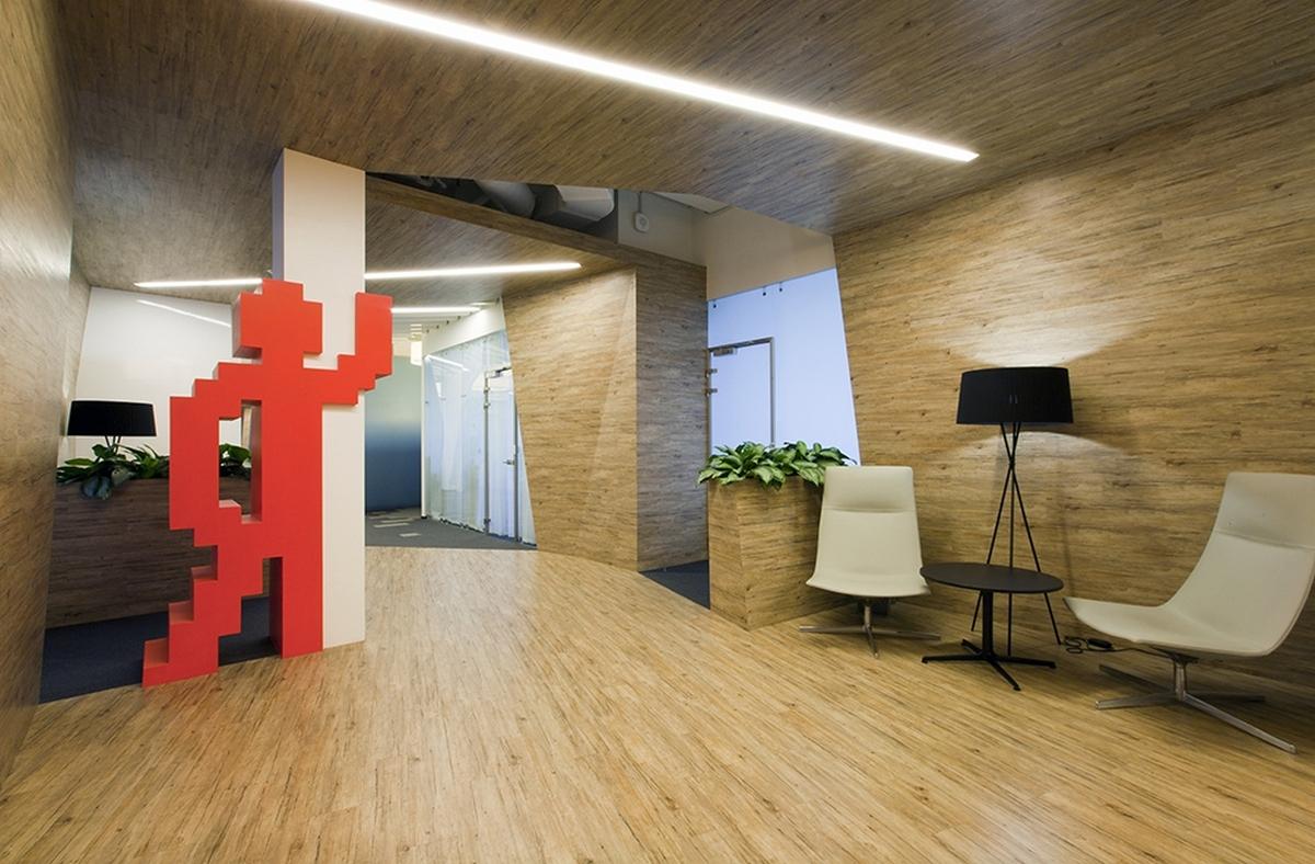 Петербургский офис «Яндекса» открылся в 2008 году в бизнес-центре «Бенуа». Каждый из трех этажей офиса имеет собственный дизайн. Например, одна из зон, созданная по проекту архитекторов Арсения Борисенко, Петра Зайцева из мастерской za bor и декоратора Надежды Рожанской, повторяет дизайн сайта поисковика