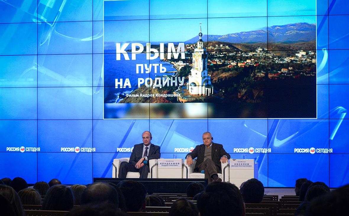 Генеральный директор МИА «Россия сегодня» Дмитрий Киселев (справа) и создатель фильма «Крым. Путь на Родину»Андрей Кондрашов