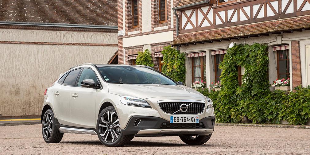 Volvo V40 Cross Country D2  4,6 л/100 км  V40 Cross Country — единственный в своем классе автомобиль, который продается в России с дизельным двигателем. Двухлитровый мотор мощностью 120 л.с. с «автоматом» и переднериводной трансмиссией потребляет в городе 4,6 л/100 км дизтоплива, а на трассе — еще на литр меньше. В Европе есть еще более экономичная версия с МКП, но в России она не представлена.