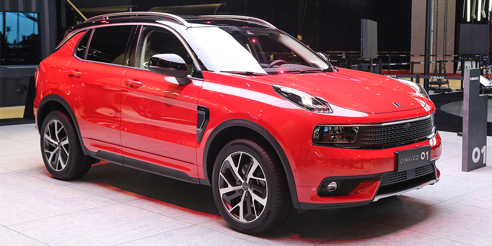 Lynk & Co 01  Первым серийным автомобилем китайского бренда Lynk & Co, который принадлежит концерну Geely, стал кроссовер с названием 01. Продажи машины в Китае должны начаться уже в четвертом квартале 2017 г., а в США и Европе – только в 2019 году. Внешне серийная машина почти не отличается от прошлогоднего концепта. Машину делали при участии инженеров и дизайнеров Volvo, а в основе – модульная платформа Volvo, на которой уже построен кроссовер XC40. Под капотом – 1,5-литровый бензиновый мотор мощностью 180 л.с., либо 240-сильный двухлитровый. Обещана и гибридная версия.