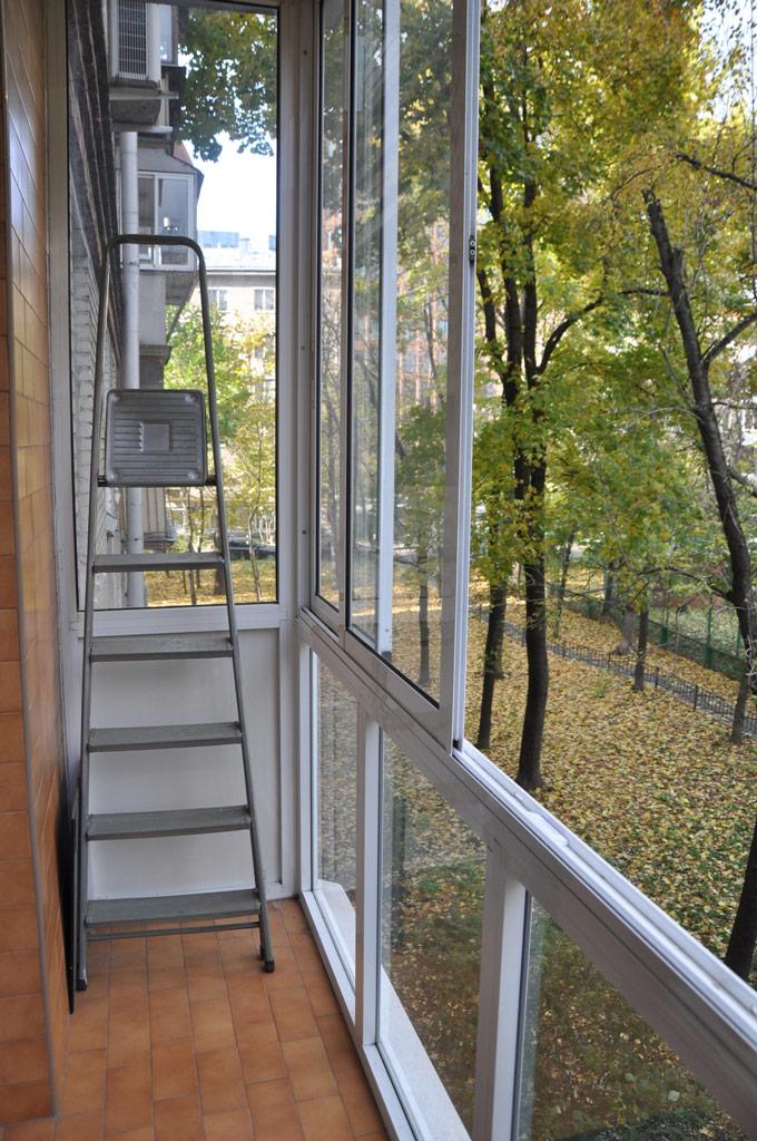 Окна квартиры выходят в зеленый охраняемый двор