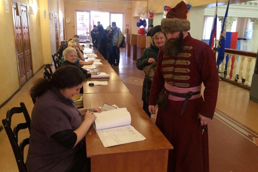 В Пскове местный житель пришел на избирательный участок в историческом костюме стрельца