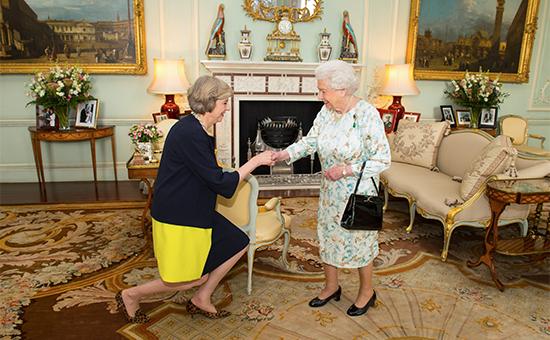 Тереза Мэй и королеваЕлизавета II вБукингемском дворце