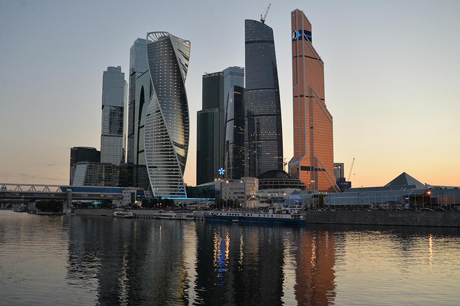 Лучший многофункциональный центр вМоскве: башня «Меркурий Сити Тауэр»  Девелопер: «Меркурий Девелопмент»  Небоскреб «Меркурий Сити Тауэр» (на фото справа) занимает третье место повысоте вМоскве ивовсей Европе. 75-этажная башня желтого цвета выделяется нафоне других небоскребов засчет необычного оттенка иформы, похожей напарус. Здание высотой 338м построили в2013 году. Сейчас здесь базируются офисы продуктового ретейлера «Дикси», телекоммуникационной фирмы Orange идругих компаний