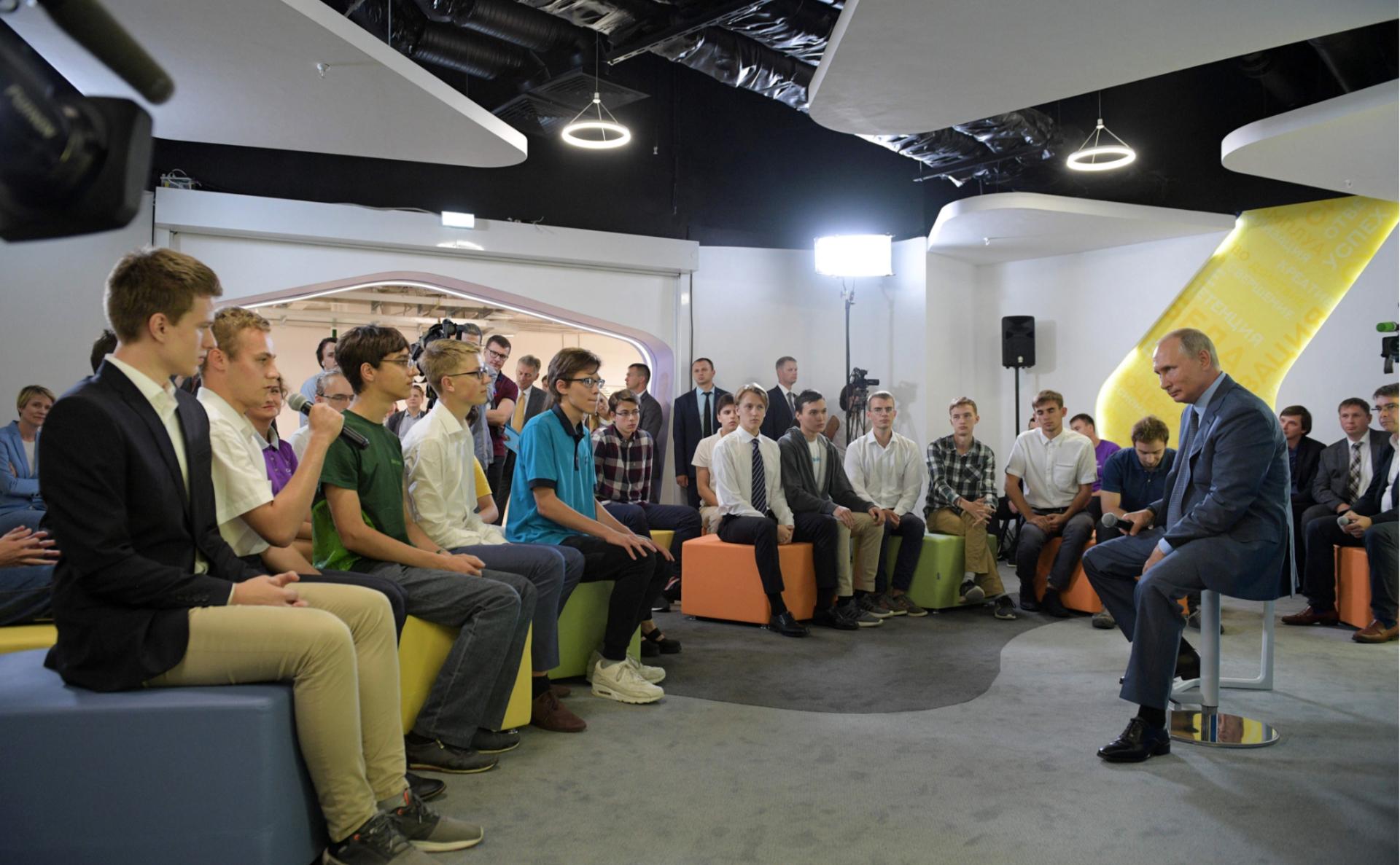 Владимир Путин во время общения с победителями Олимпиад в центре «Сириус»
