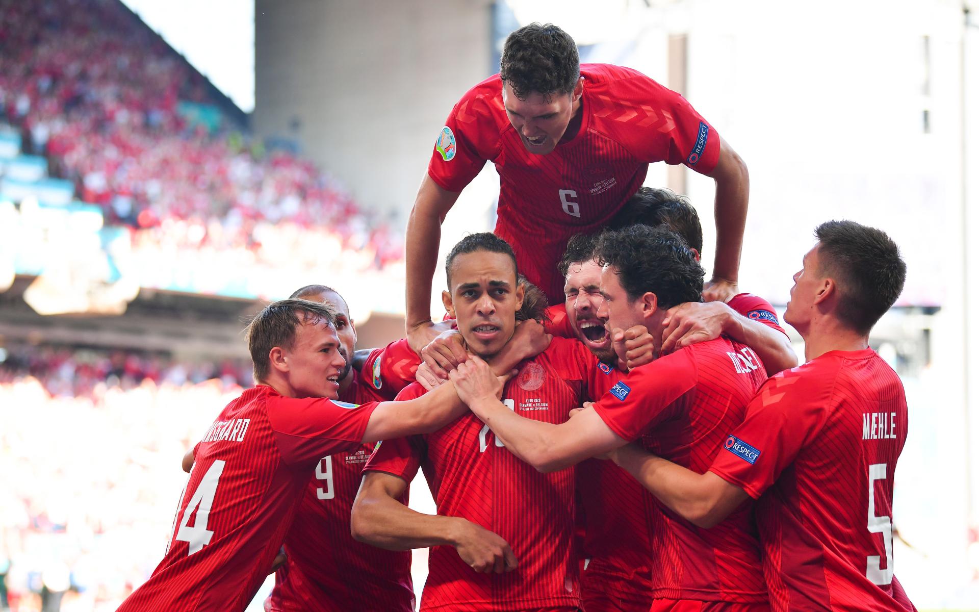 Фото: Футболисты сборной Дании отмечают гол в ворота сборной Бельгии на Евро-2020 (Photo by Stuart Franklin/Getty Images)