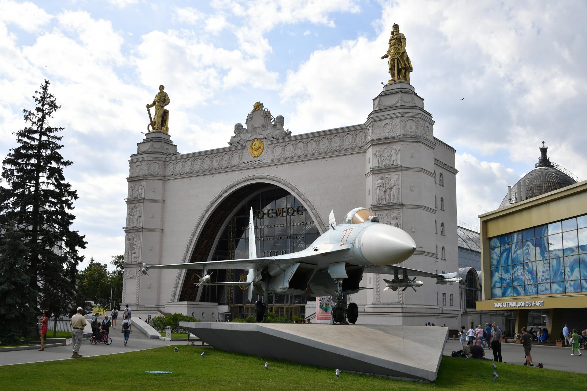 Современный вид на самолет и павильон «Космос» на территории ВДНХ